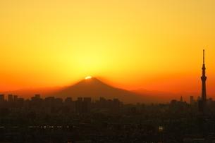 ダイヤモンド富士と東京都心と東京スカイツリーの写真素材 [FYI03365030]