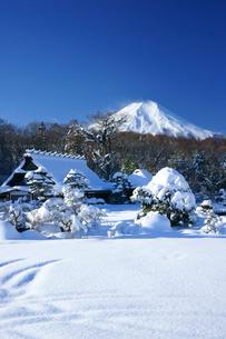 雪景色の忍野と富士山の写真素材 [FYI03365036]