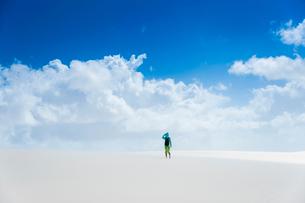 レンソイスの白砂の砂漠に佇む人と入道雲の写真素材 [FYI03365039]