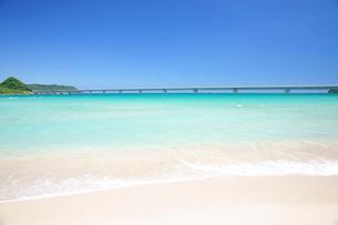 角島大橋と白い砂浜の写真素材 [FYI03365044]