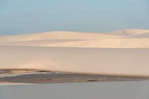 レンソイスの砂漠の砂丘に照る夕日の写真素材 [FYI03365052]