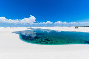 レンソイスの白砂の砂漠の湖と入道雲の写真素材 [FYI03365054]
