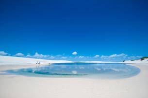 レンソイスの白砂の砂漠と湖の写真素材 [FYI03365057]
