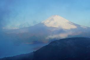 朝の富士山と箱根・芦ノ湖の写真素材 [FYI03365062]