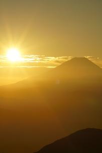 富士山と朝日の写真素材 [FYI03365067]