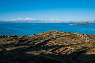 チチカカ湖の「太陽の島」から望むアンデス山脈と段々畑アンデネスの写真素材 [FYI03365072]
