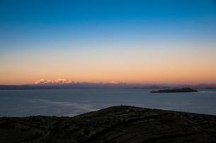チチカカ湖の「太陽の島」の段々畑から望むアンデス山脈のイヤンプー峰の写真素材 [FYI03365076]