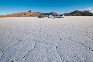 ウユニ塩湖のキャンプで迎える朝の写真素材 [FYI03365079]