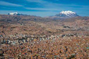 ボリビアの首都ラパスとアンデスの霊峰イリマニの写真素材 [FYI03365086]