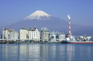 田子の浦港より富士山と工場の写真素材 [FYI03365104]