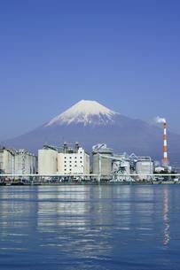 田子の浦港より富士山と工場の写真素材 [FYI03365109]