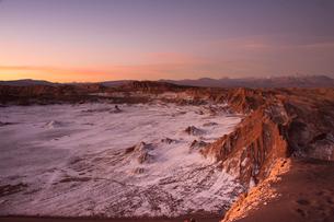 アタカマ高地・月の谷の夕焼けの写真素材 [FYI03365121]