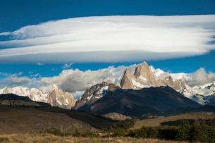 パタゴニアの名峰フィッツロイと雲の写真素材 [FYI03365130]