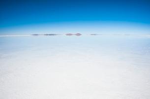 鏡張りのウユニ塩湖の写真素材 [FYI03365151]