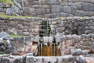 タンボ・マチャイ遺跡の聖なる泉の写真素材 [FYI03365172]