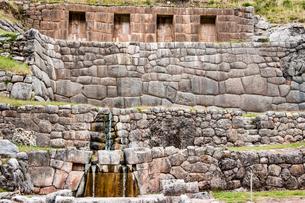 タンボ・マチャイ遺跡の聖なる泉の写真素材 [FYI03365179]