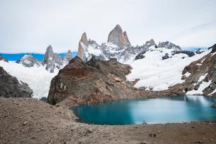 パタゴニアの名峰フィッツロイを望むハイカーの写真素材 [FYI03365189]