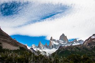 パタゴニアの名峰フィッツロイと雲の写真素材 [FYI03365191]