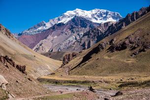 南米最高峰アコンカグア南壁とオルコネス谷の写真素材 [FYI03365197]