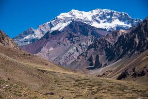南米最高峰アコンカグア南壁とオルコネス谷の写真素材 [FYI03365198]