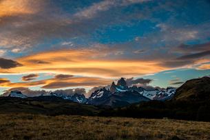 パタゴニアの名峰 フィッツロイの夕日の写真素材 [FYI03365206]