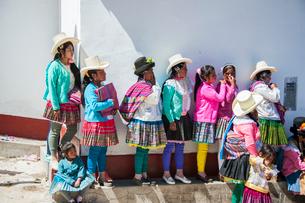 ペルー先住民ケチュア族の民族衣装の写真素材 [FYI03365213]