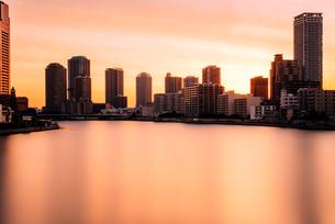 東京 中央区 勝鬨橋から望む夜明け前の隅田川の写真素材 [FYI03365243]