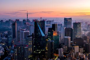 六本木ヒルズより望む夜明けの東京都心の写真素材 [FYI03365252]