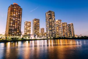 東京 江東区東雲のタワーマンション群の夜景の写真素材 [FYI03365257]