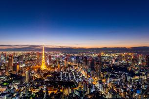 六本木ヒルズより望む夜明けの東京都心の写真素材 [FYI03365258]