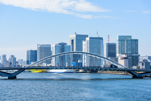 東京 中央区 勝鬨橋から望む隅田川と築地大橋の写真素材 [FYI03365261]