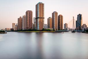 東京 中央区 夕暮れの隅田川と大川端リバーシティの写真素材 [FYI03365266]