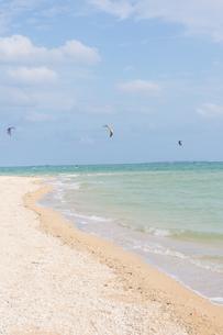 沖縄 カイトサーフィンをしている風景の写真素材 [FYI03365296]