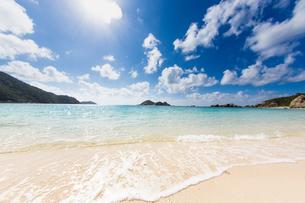渡嘉敷島の透明な海の写真素材 [FYI03365323]