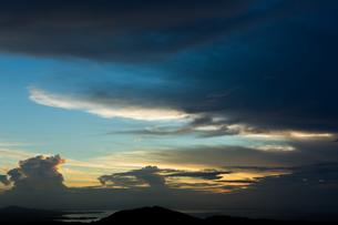沖縄 羽地内海の夕暮れ時の写真素材 [FYI03365371]