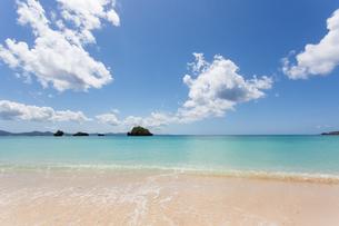 沖縄県 屋嘉ビーチの写真素材 [FYI03365471]