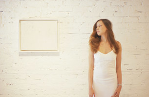 ギャラリーで絵を見る外国人女性の写真素材 [FYI03365487]
