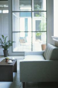 ソファやテーブルのある部屋の写真素材 [FYI03365492]
