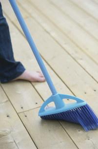 床を掃除をする人の写真素材 [FYI03365545]
