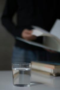 本をめくる男性の手元の写真素材 [FYI03365784]