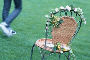 花を飾ったイスの写真素材 [FYI03365915]