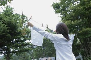 洗濯物を干す女性の写真素材 [FYI03365957]