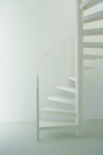白い螺旋階段の写真素材 [FYI03366017]
