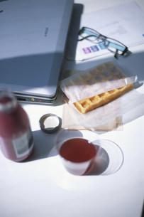 デスクに置いたジュースとワッフルの写真素材 [FYI03366494]