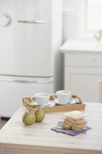 キッチンのテーブルの上のスコーンや洋梨の写真素材 [FYI03366716]