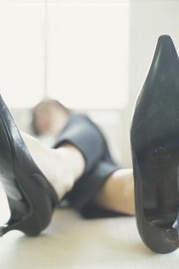 ハイヒールを履いて横になった足元の写真素材 [FYI03366826]