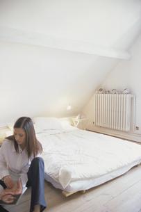ベットルームの床に座った女性の写真素材 [FYI03366947]