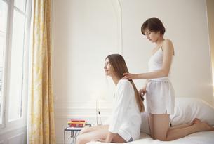 ベットルームの白いインナー姿の女性2人の写真素材 [FYI03366969]