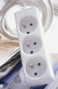 白い電器のコンセントの写真素材 [FYI03366993]