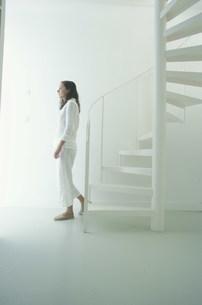 白い螺旋階段のそばにいる外国人女性の写真素材 [FYI03367283]